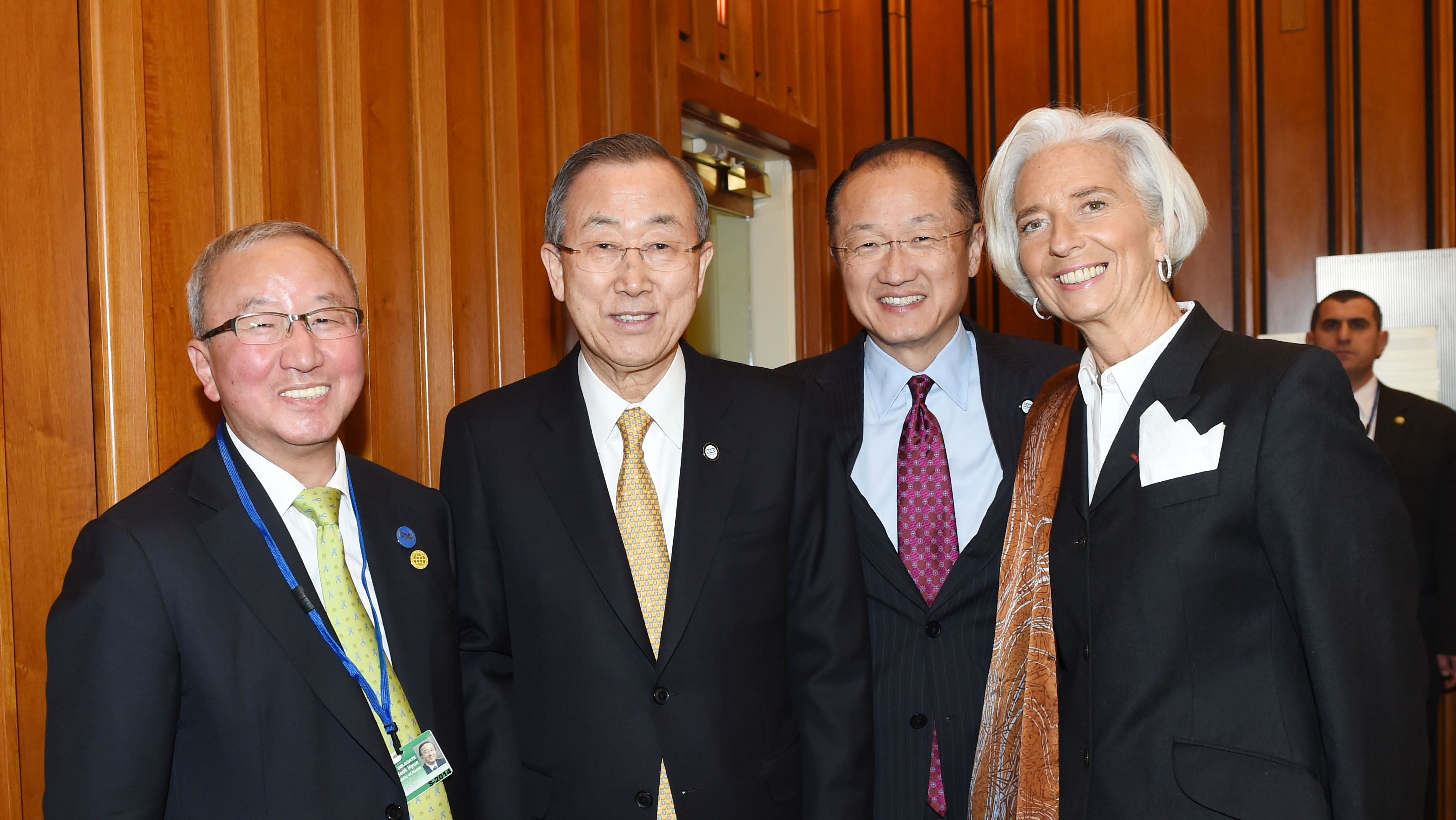 Deputy Prime Minister Hyun poses with leaders from the UN, WB and IMF