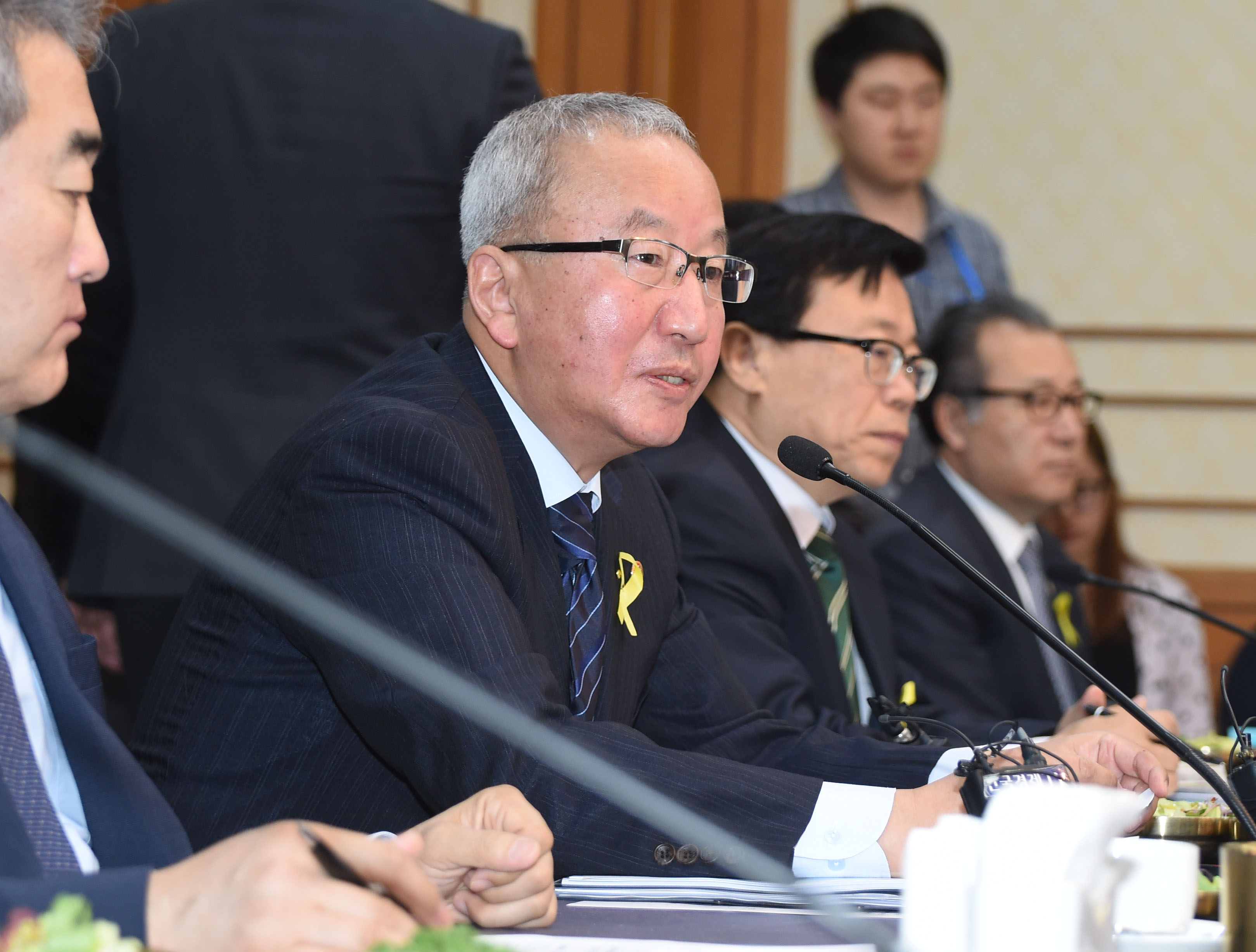 Deputy Prime Minister Hyun attends a high-ranking government official meeting on saving the working class