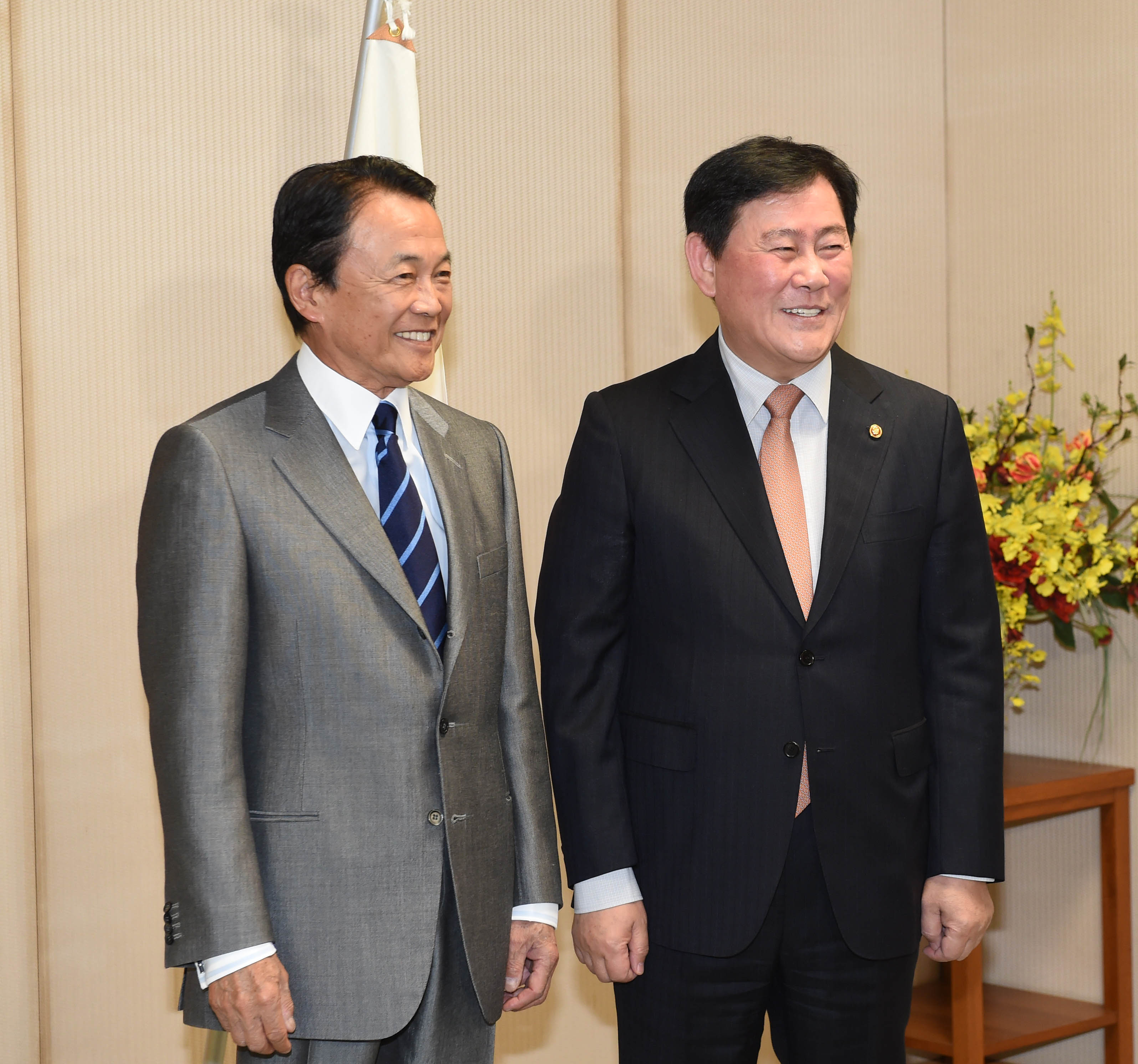 Deputy Prime Minister Choi meets with Japanese Deputy Prime Minister Aso Taro