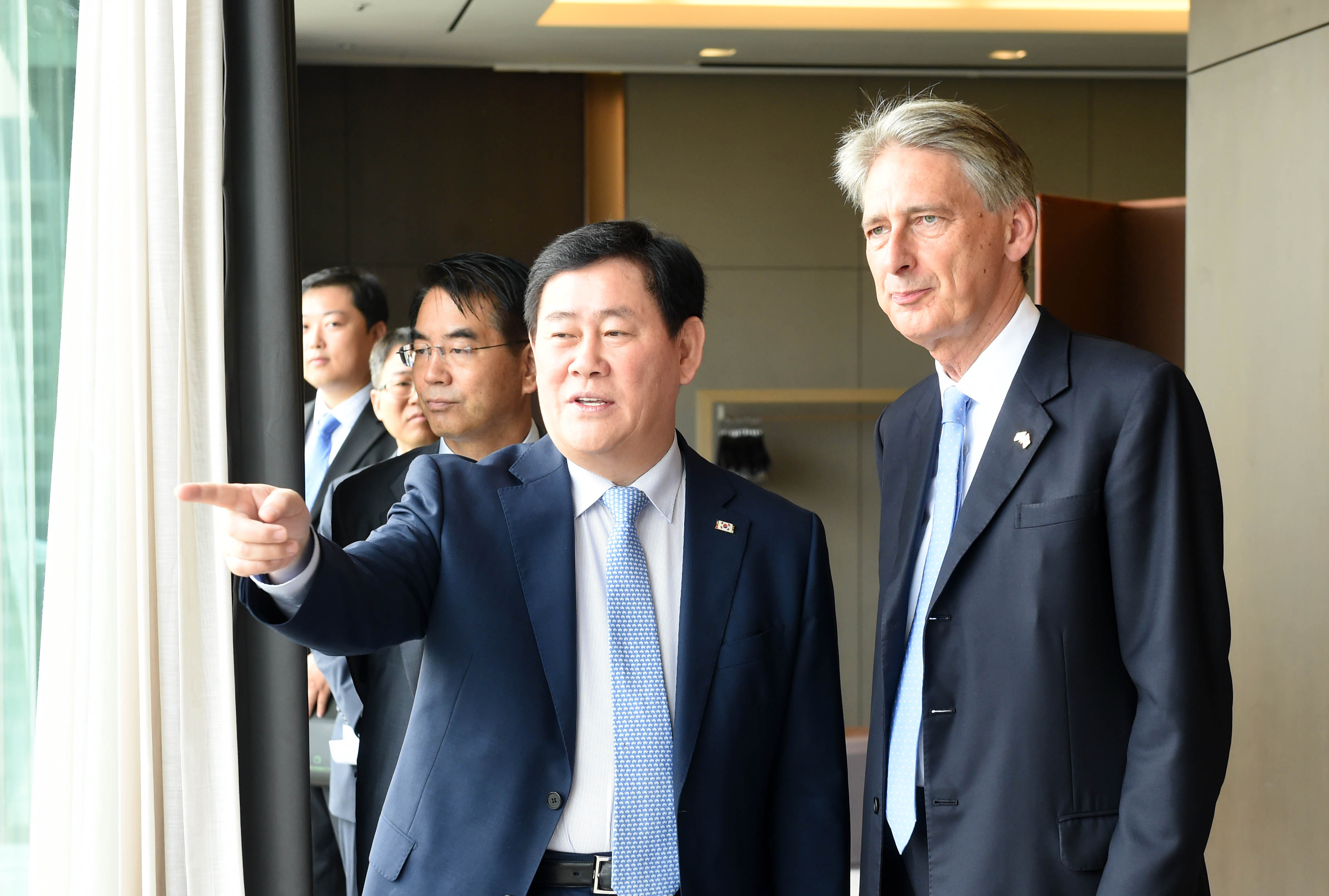 Deputy Prime Minister Choi meets with UK Foreign Secretary Philip Hammond