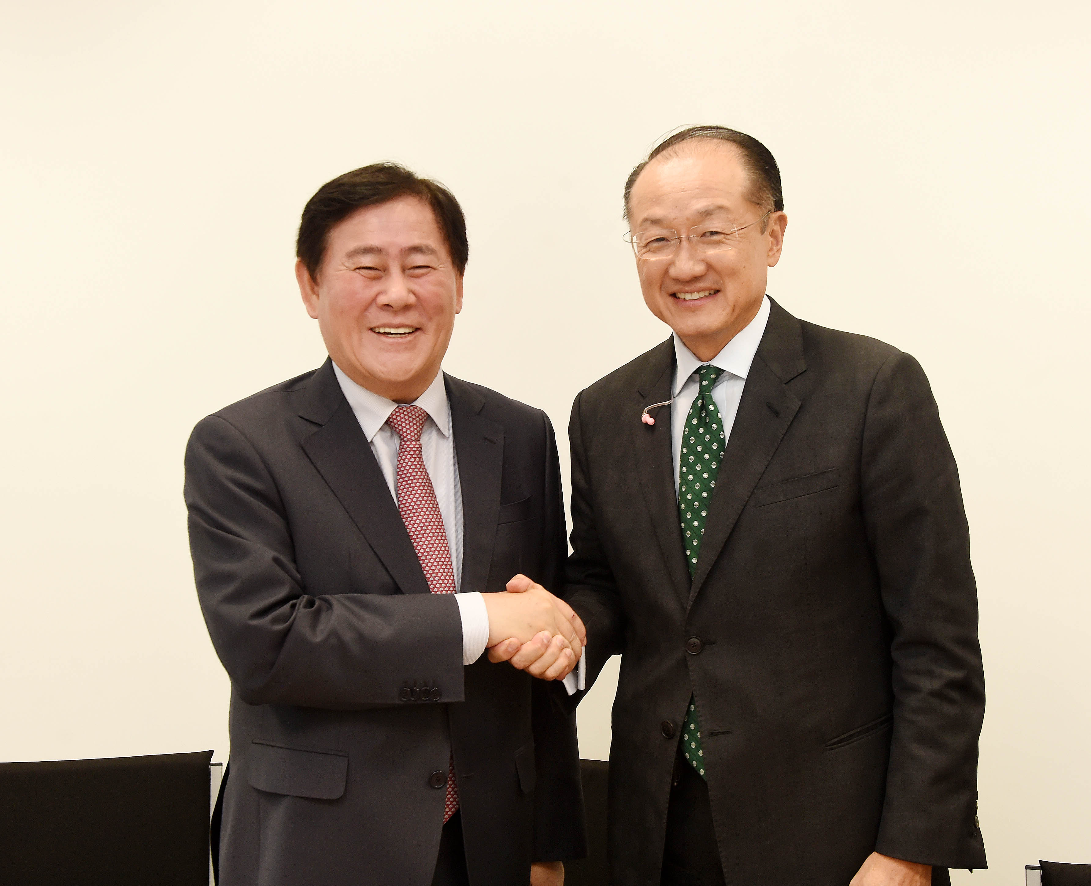 Deputy Prime Minister Choi meets with World Bank President Jim Yong Kim at the IMF/World Bank Annual Meetings in Lima, Peru