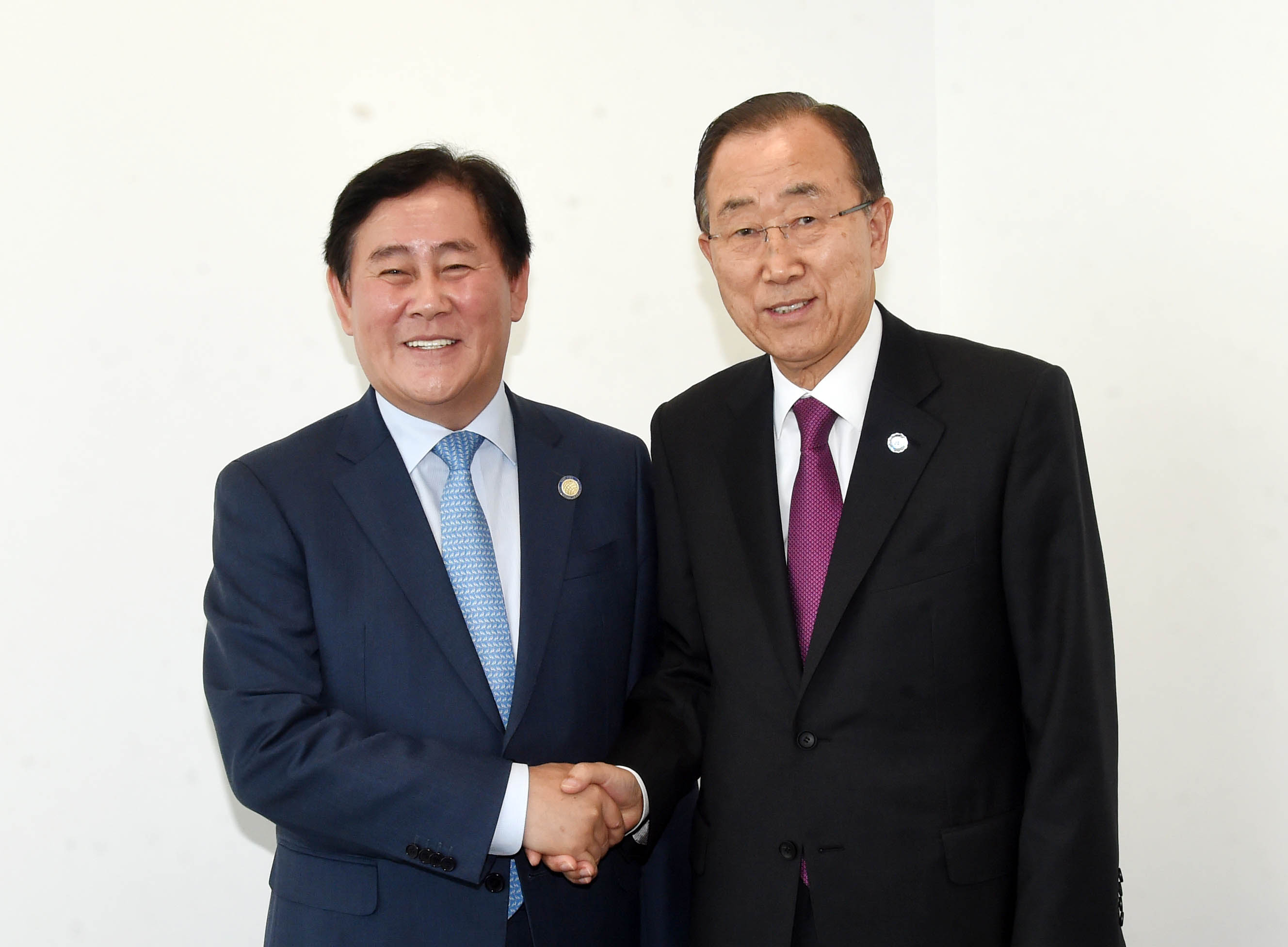 Deputy Prime Minister Choi meets with UN Secretary-General Ban Ki-moon at the IMF/World Bank Annual Meetings in Lima, Peru