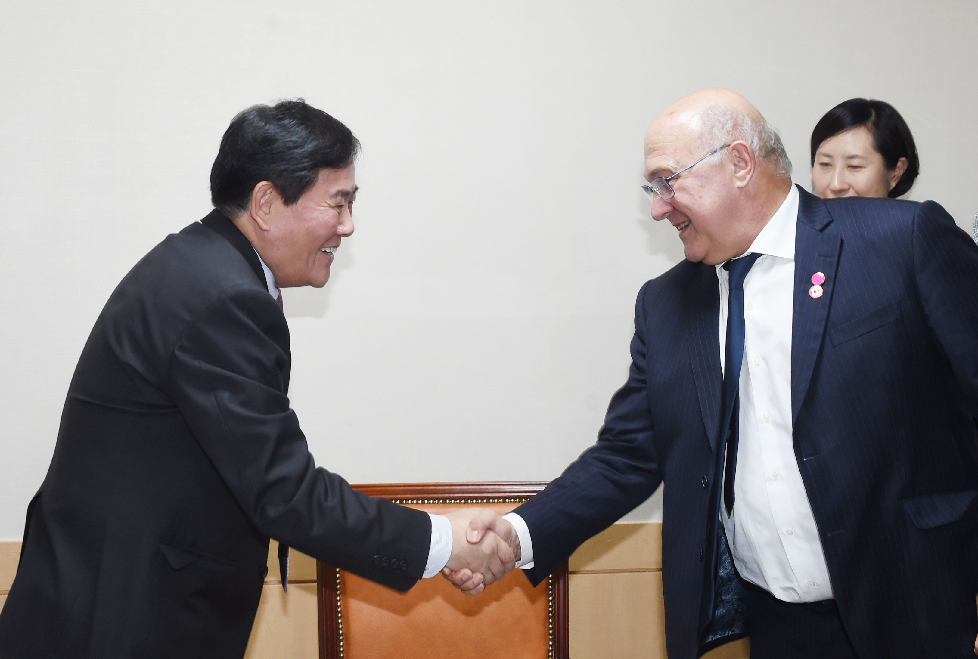 Deputy Prime Minister Choi meets with French Finance Minister Michel Sapin