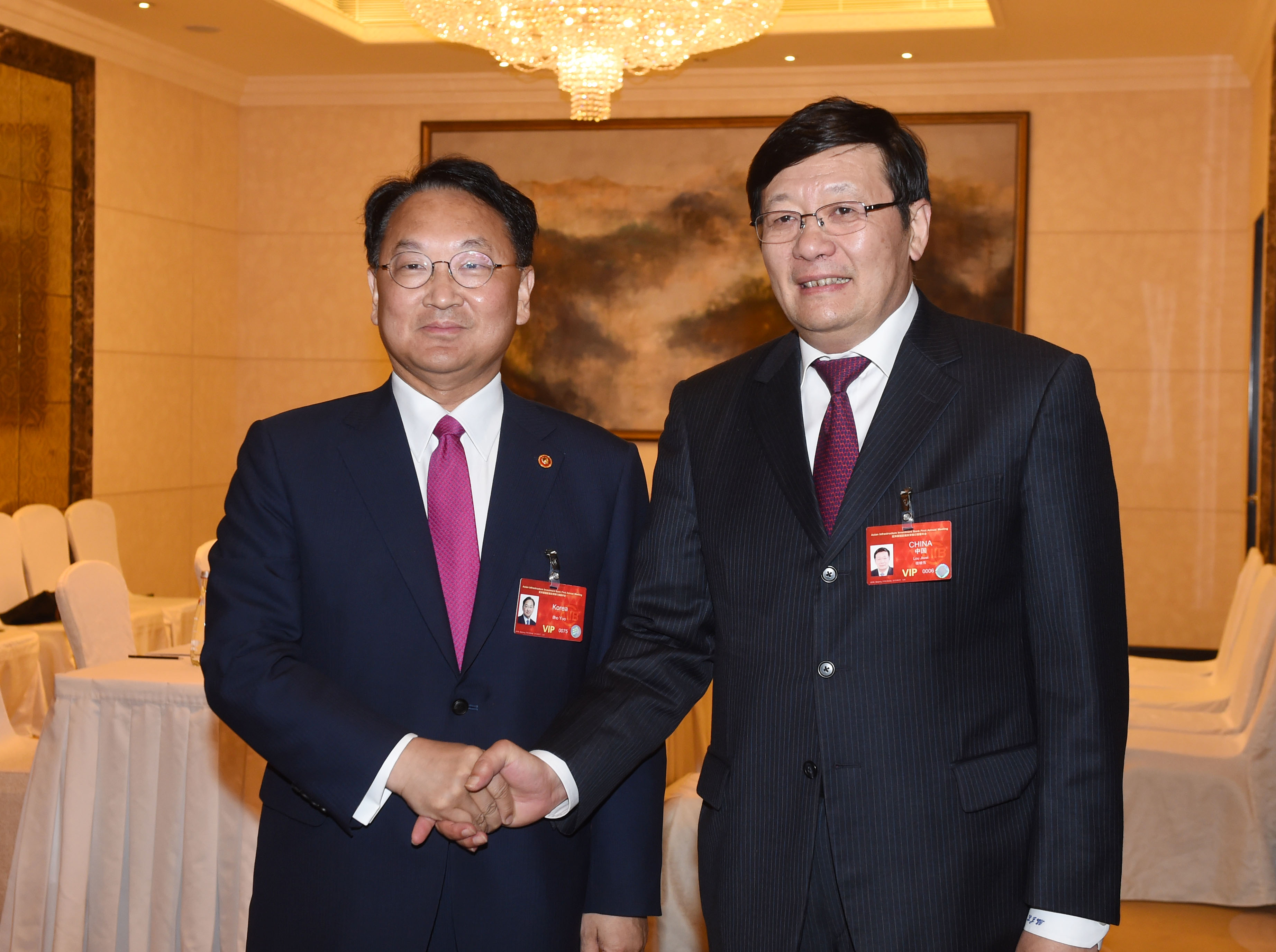 Deputy Prime Minister Yoo meets with Chinese Finance Minister Lou Jiwei in Beijing