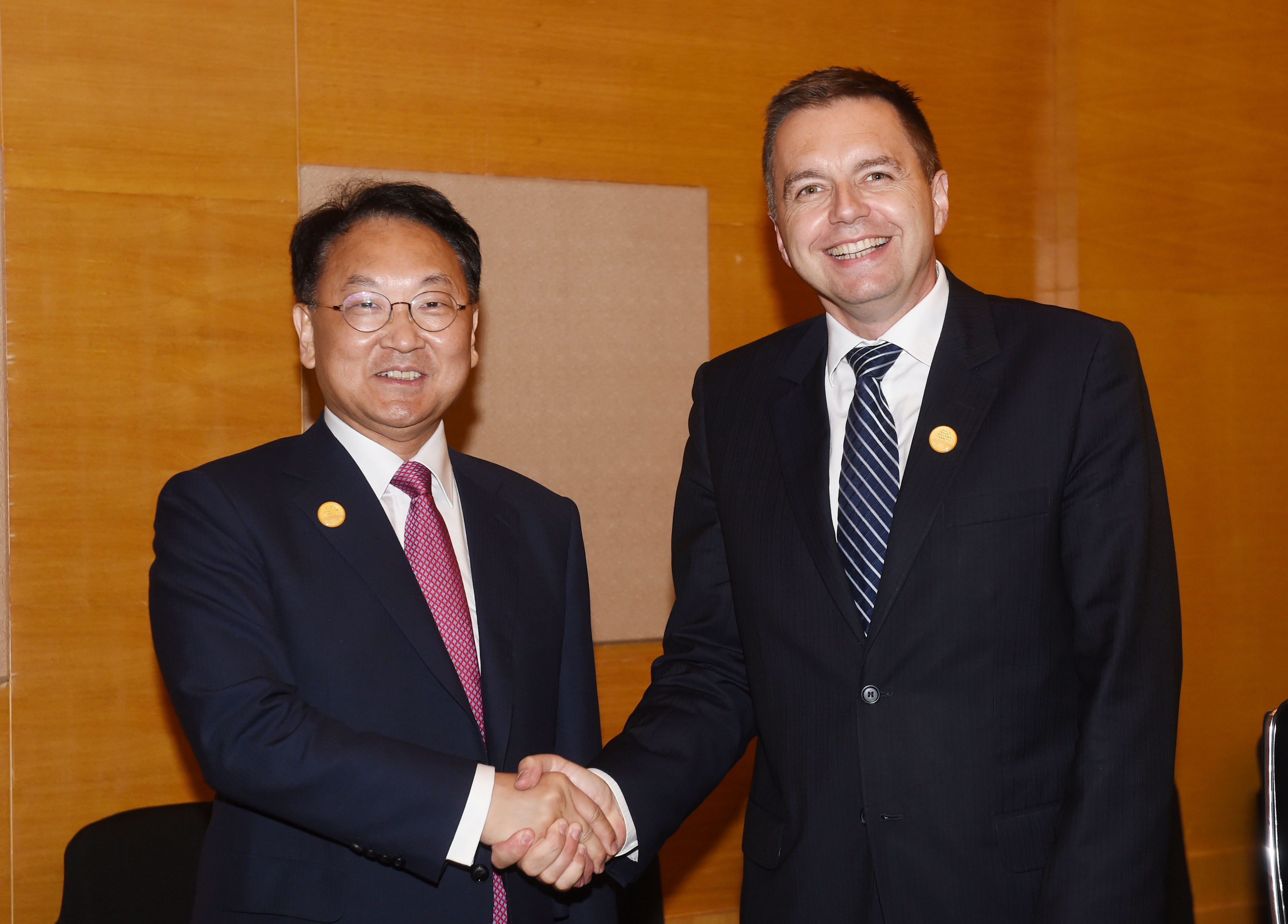Deputy Prime Minister Yoo meets with Slovak Finance Minister Peter Kazimir in Chengdu, China