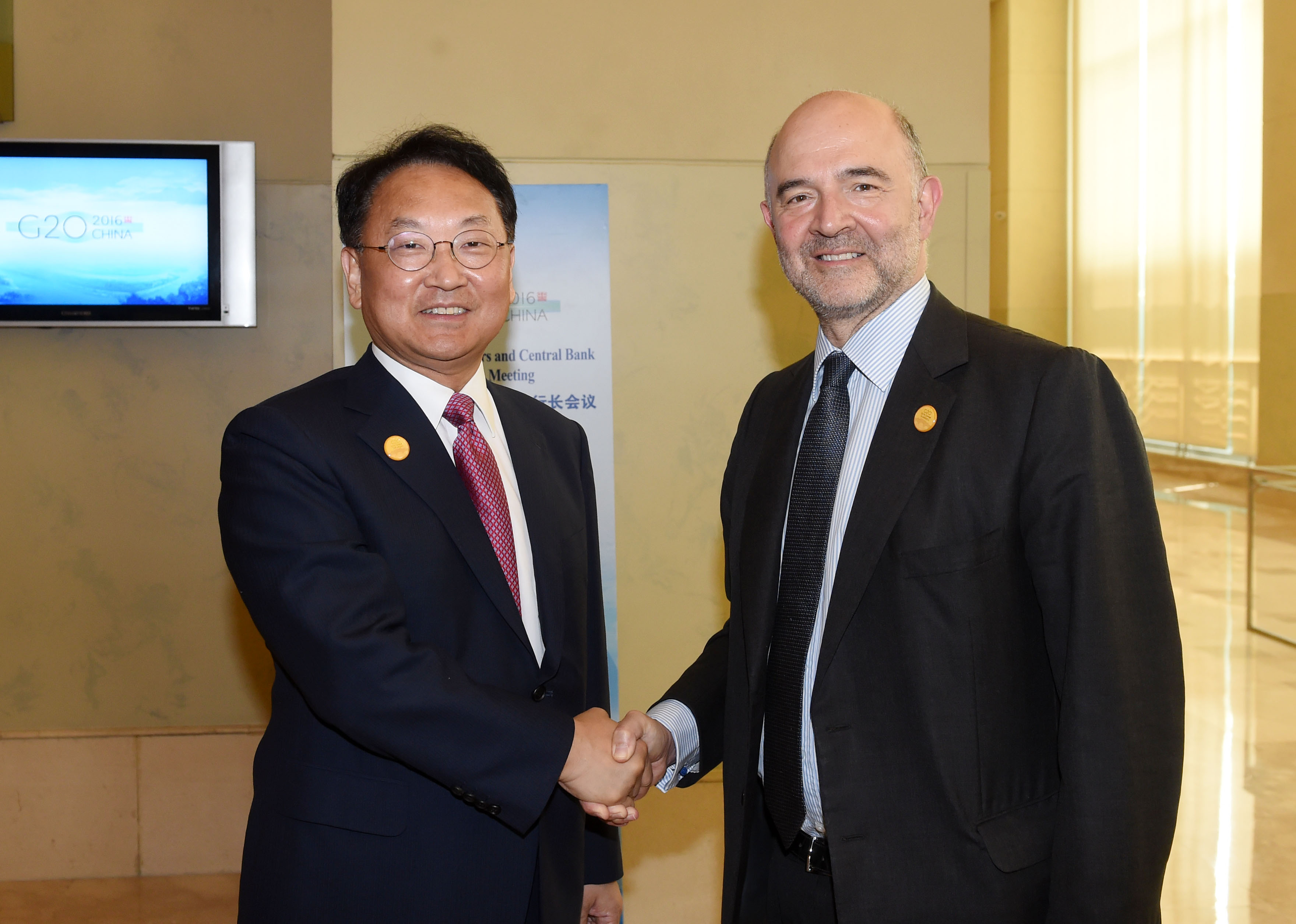 Deputy Prime Minister Yoo meets with European Commissioner for Economic and Financial Affairs Pierre Moscovici in Chengdu, China