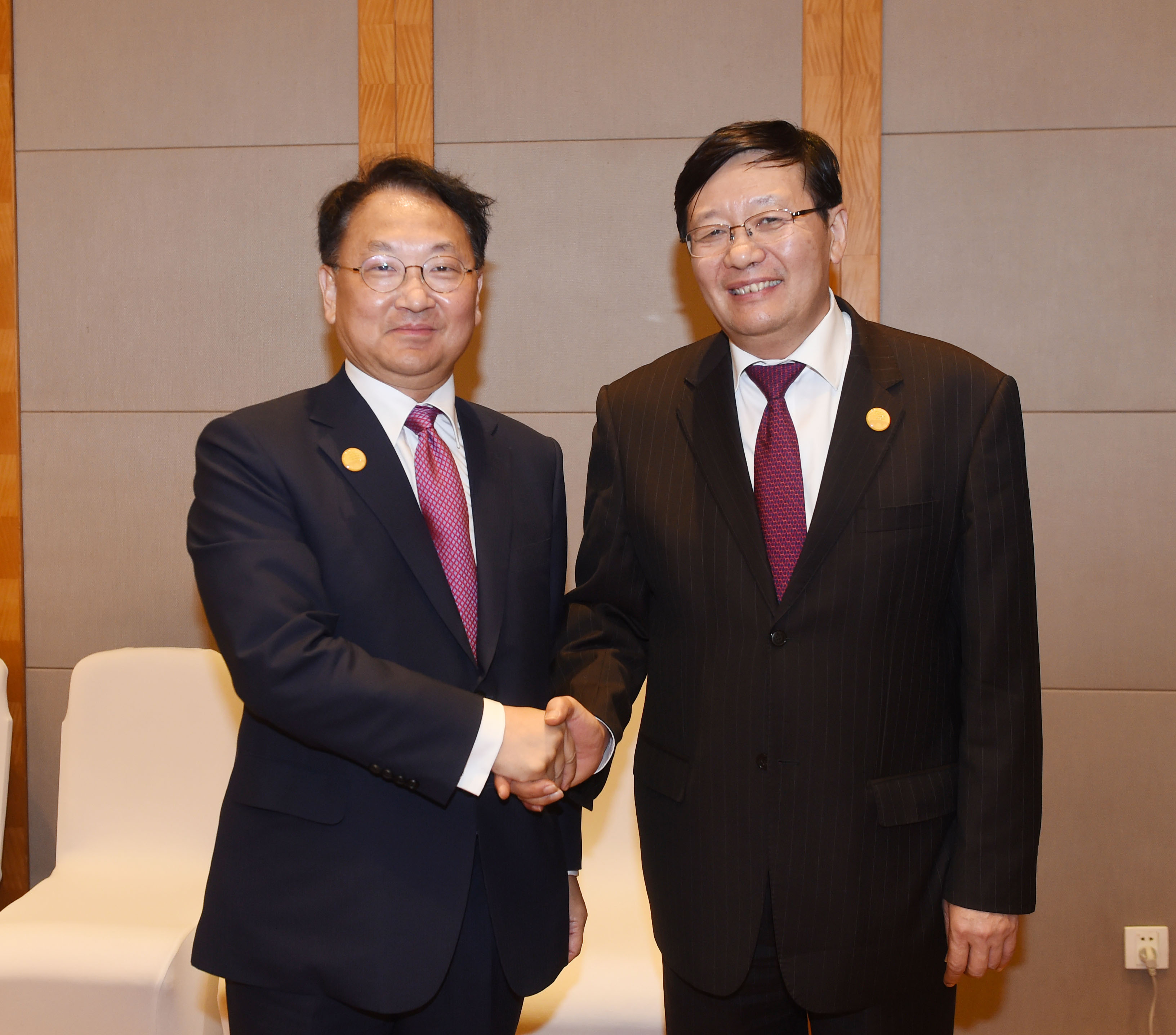 Deputy Prime Minister Yoo meets with Chinese Finance Minister Lou Jiwei in Chengdu, China